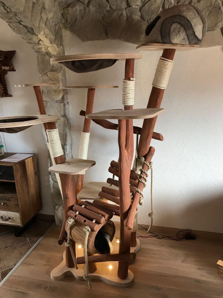 Kratzbaum mit Höhlen, Hängenematten in Deluxe Ausführung mit Licht in der Bodenplatte